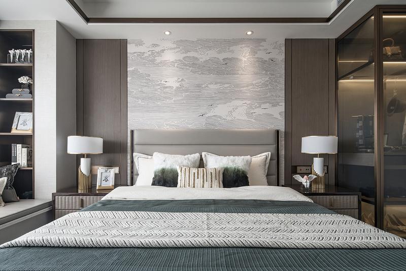 主卧背景墙的定制壁纸,山水印画,娴静而赋有底蕴气质。床品突出主题色调、简约干练,显温馨奢华质感,加以水墨印花元素,与整体风格自然融合一体。一字型衣柜突出空间感、彰显干练的氛围。 主卫飘窗台的设计拓宽了空间使用面积。请输入图片说明