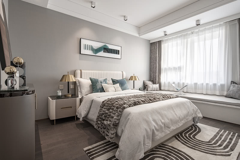 次卧设定为父母房、空间色彩轻盈明快,金属材质的台灯和摆件与客厅有了材质语言上的延续。请输入图片说明
