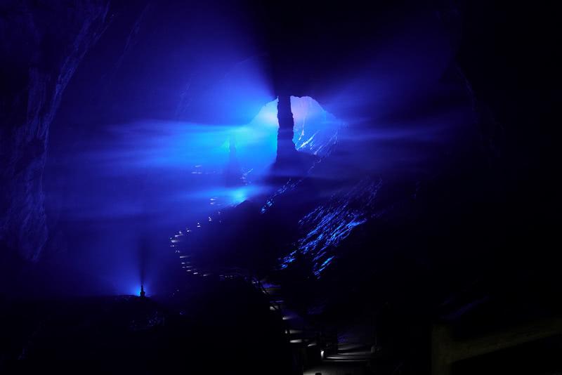 通过蜿蜒小路和逆光云雾组合,营造深远场景体现溶洞高大深远形象。