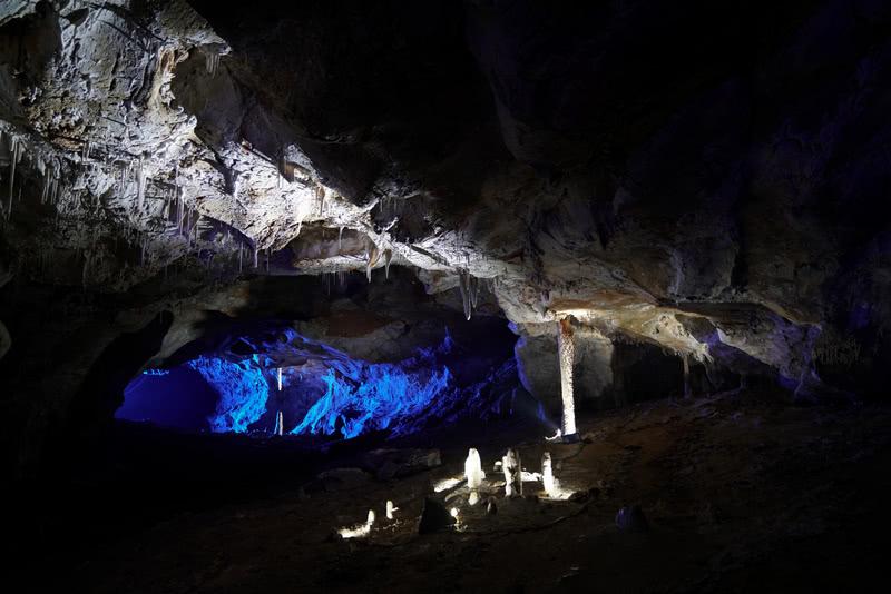 洞腔空间和具体钟乳石地质结构,虚实结合明暗搭配表现。