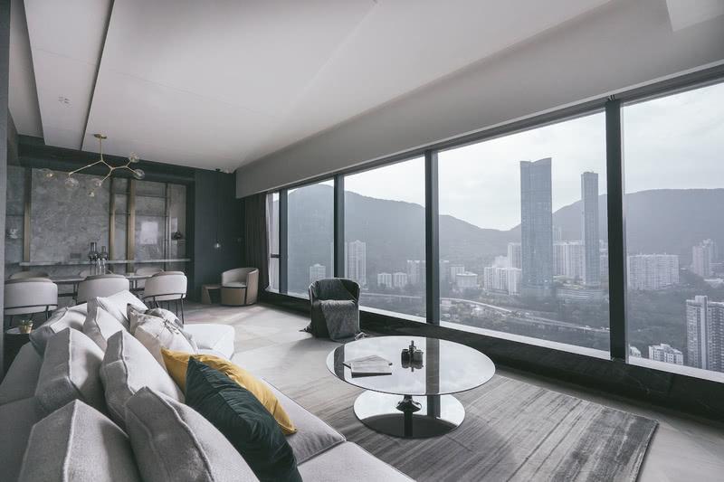 大廳的廣闊窗戶為室內引入充足的自然光。 為了發揮這個優點,窗邊處的位置留空, 讓更多光線可以進入到屋內。