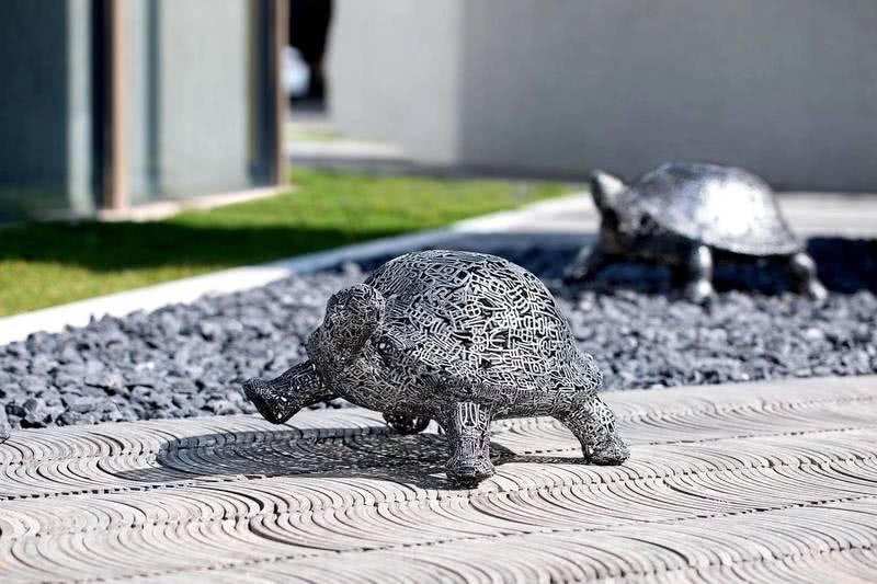 """设计元素:在传统文化中,龟被誉为五灵之一,在风水上有镇宅化煞的作用,同事也具有旺宅、招财、添寿、纳福之用。结合企业的名称""""德安""""与文化,选宋代《四喜》诗,寄予对宾客喜乐安康的美好愿望。"""