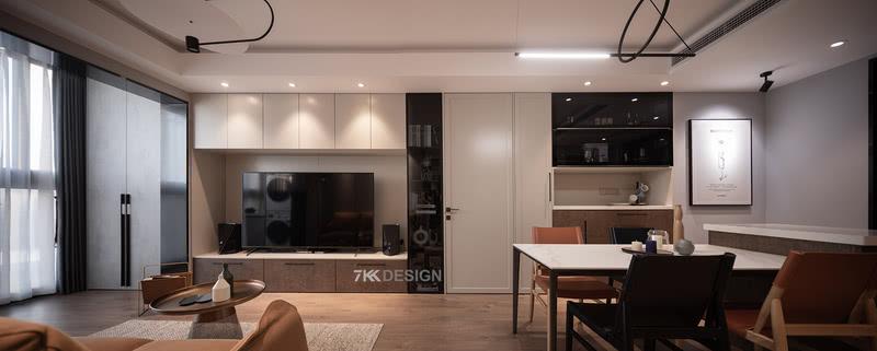客餐厅空间。客厅餐厅位于同一空间内,开放式的设计增强了空间感,在简洁俐落的现代基底中,做旧质感的木地板与金属、皮革、石材等元素和谐相处。 电视背景墙与餐边柜齐平,中间设计了隐形门使得整体空间更完整大气,增加神秘感。