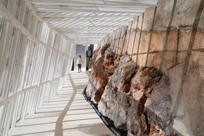 ▲ 土墙裸露出天然的喀斯特红岩 The wall exposes natural Karst red rock