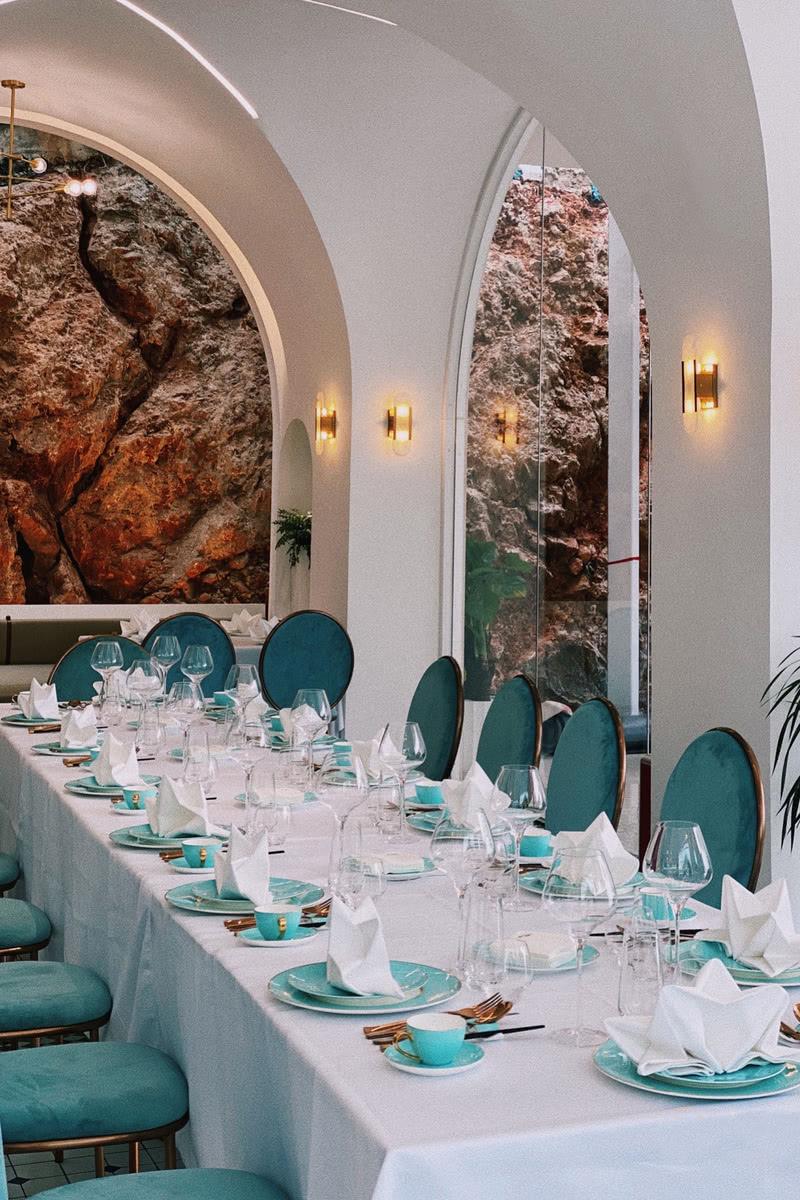 ▲ 裸露的天然红岩成为餐厅空间背景 The exposed natural red rock becomes the background of the restaurant space ©LC•studio