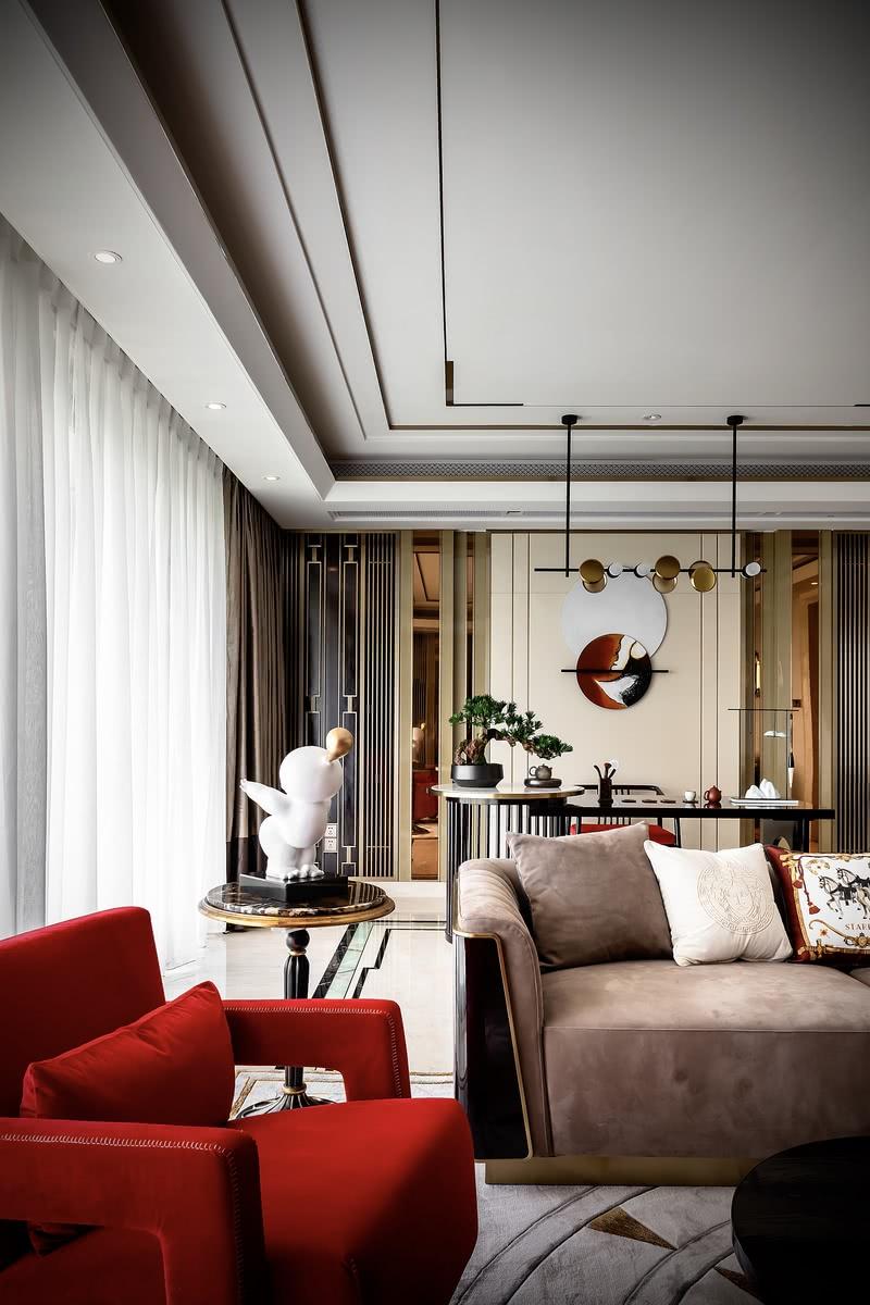 走进门廊,客厅是灰白色调、肌理质感的墙面,为整个空间打下了雅致而清雅的基调。灰棕色的绒面沙发与墙面屋内众多金色的装饰交相辉映,透露着潇洒姐骨子里不羁与韧劲。红色的沙发在整个冷色调的平和空间里显得张扬却不跳脱,反而增加了许多意味深长的可能性。开朗率真、风风火火,这是重庆人骨子里世代相传的特性,年轻时候就是一个时尚达人的潇洒姐把这种火辣融进了自己的生命里,也融入了整个家居的氛围中。