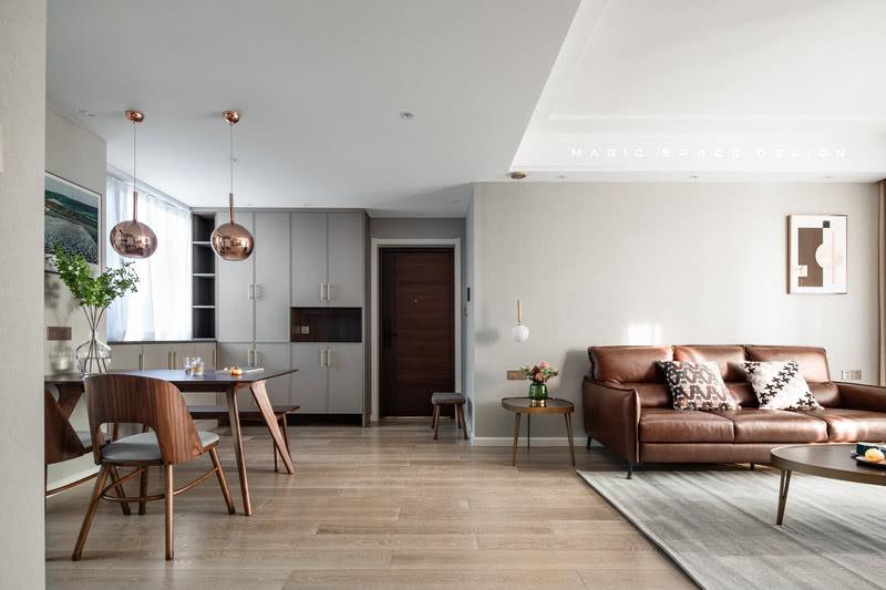 整个房屋都以现代简约风格基调,在现代舒适的空间下以低饱和度的色彩布置。设计的重点在于打造舒适宜人的内部居家,优化各功能区之间合理的交通流线。  玄关入口,是一排白色简约收纳柜,底部采用不落地设计,构成了入户的第一印象,简洁开阔。