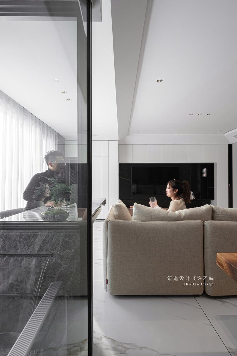 在改造阳台时增加晾晒的独立空间,并让它能与整体空间更好融合,设计师采用玻璃隔断,并与客厅吧台进行穿插。  「流水瀑布」的设计让业主在居家的同时感受到更多自然元素。 具象与抽象,写实与写意之间交替,光影缱绻,尽显无穷妙意。