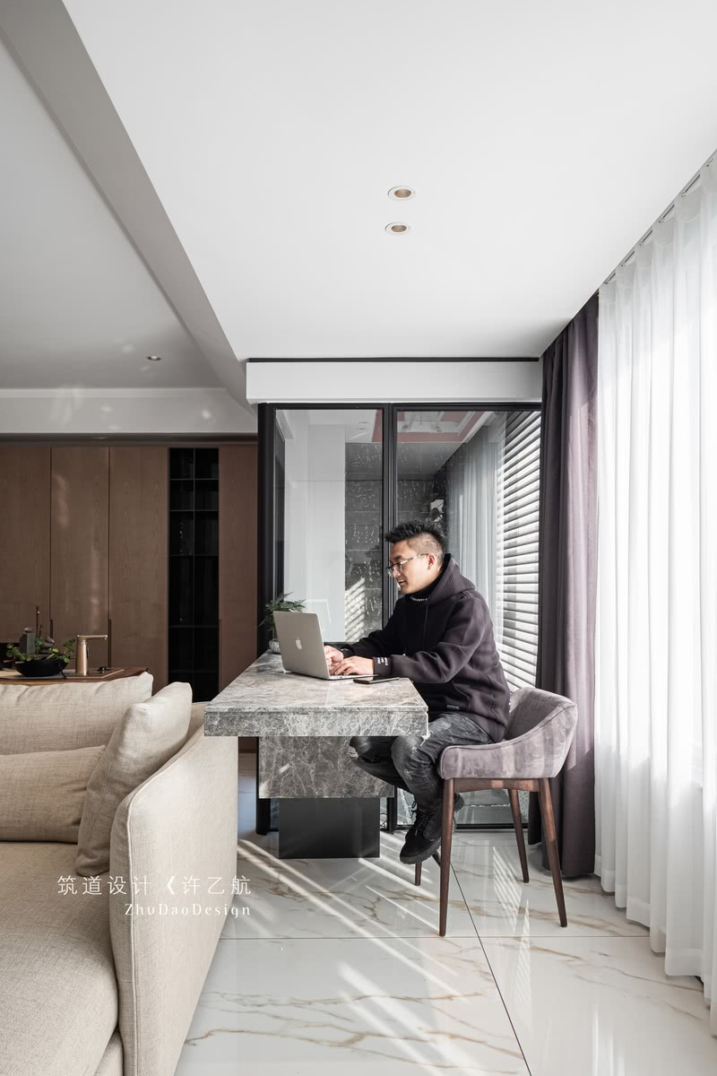 设计师摒弃了传统吧台设计,采用悬空手法,让空间更通透,吧台更实用。