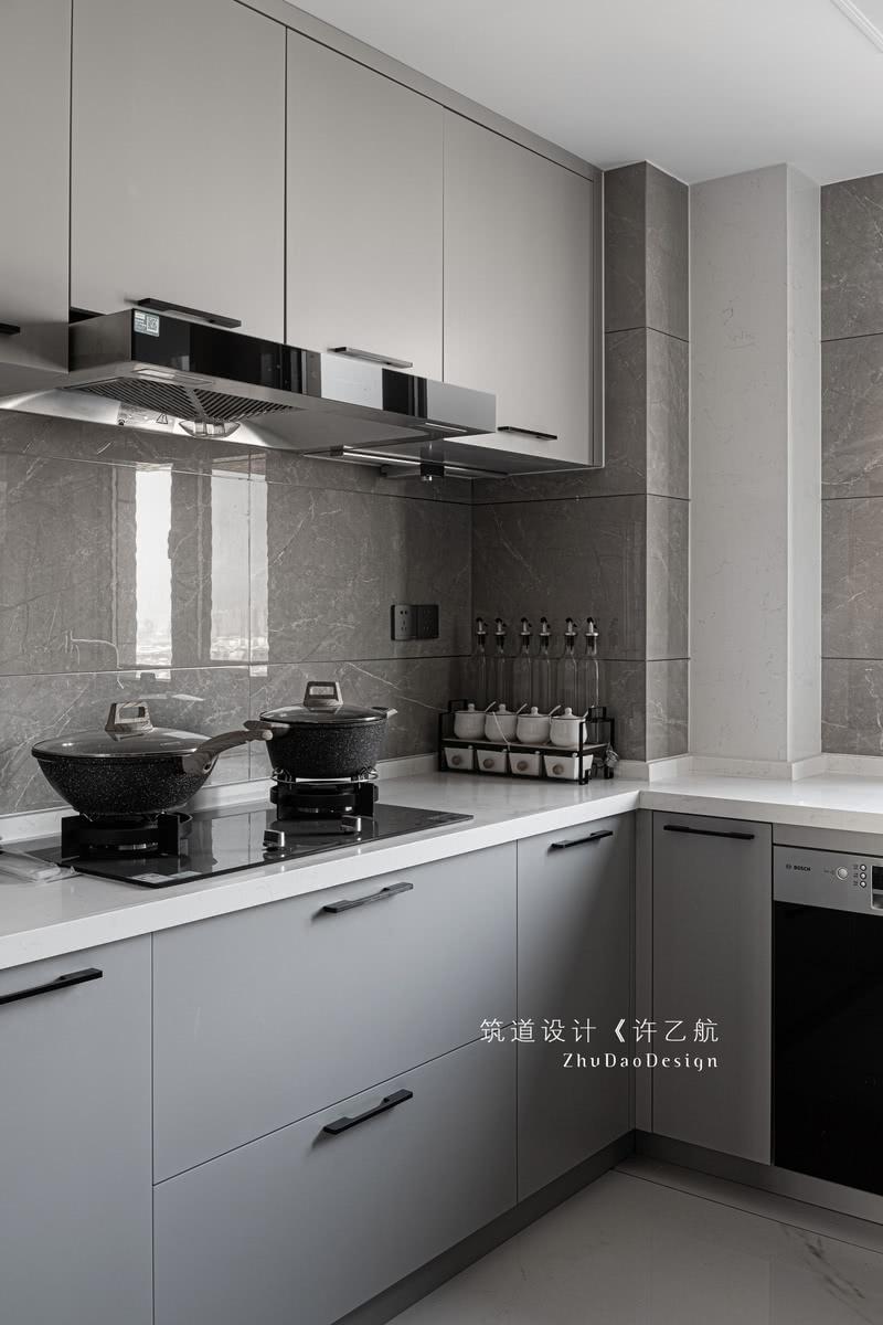 厨房采用U型设计,功能区环绕三面墙布置,储物区-备餐区-烹饪区U型排开,各个功能区衔接到位,色彩采用浅色系,显得空间更加明亮。