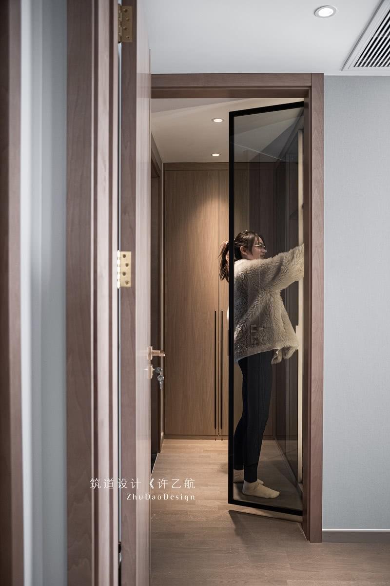 衣帽间柜门部分采用灰玻材质,让内外空间有联系。