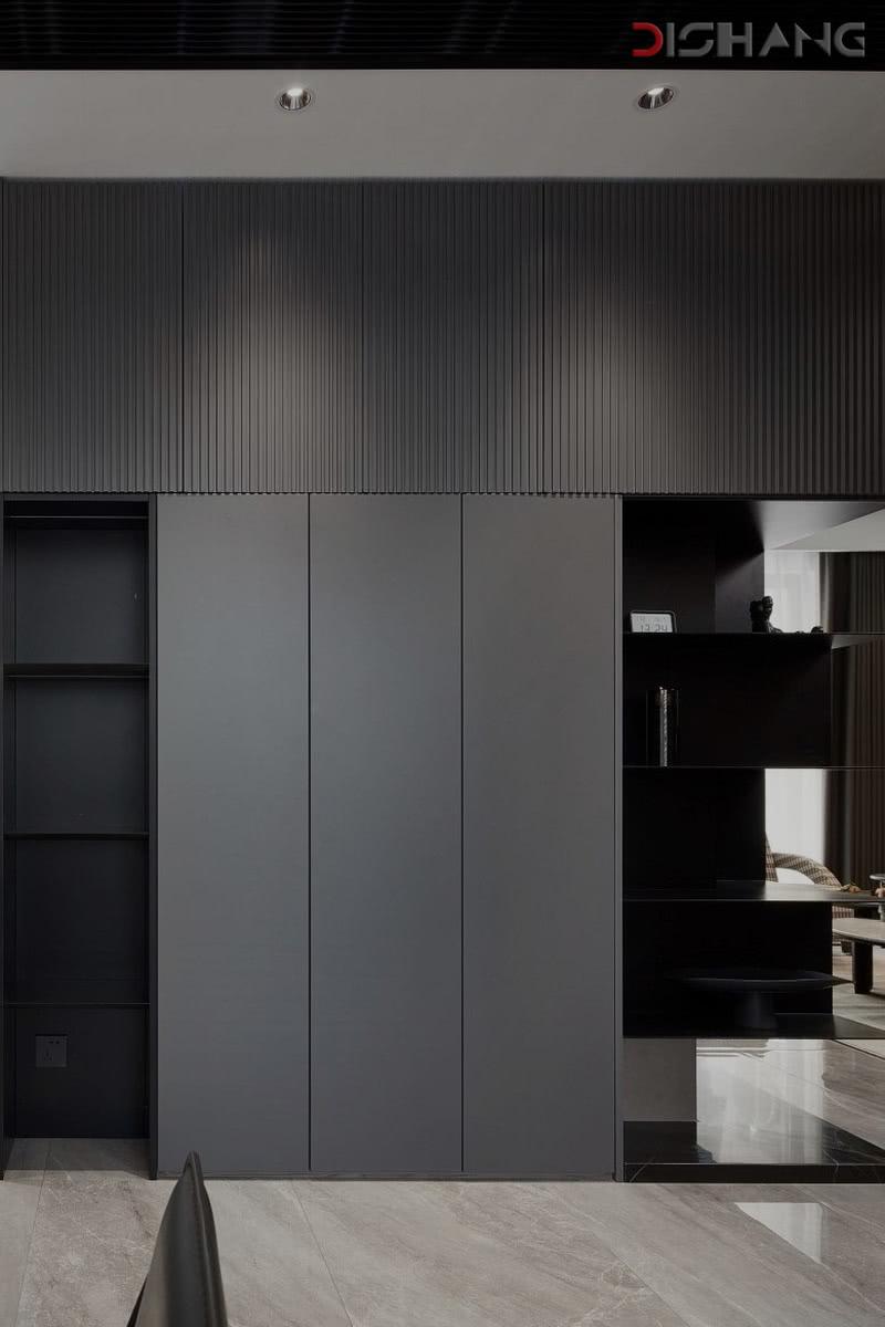 灰色玄关鞋柜在灯光的照射下显得层次感十足,延伸至客厅,简练且时尚。
