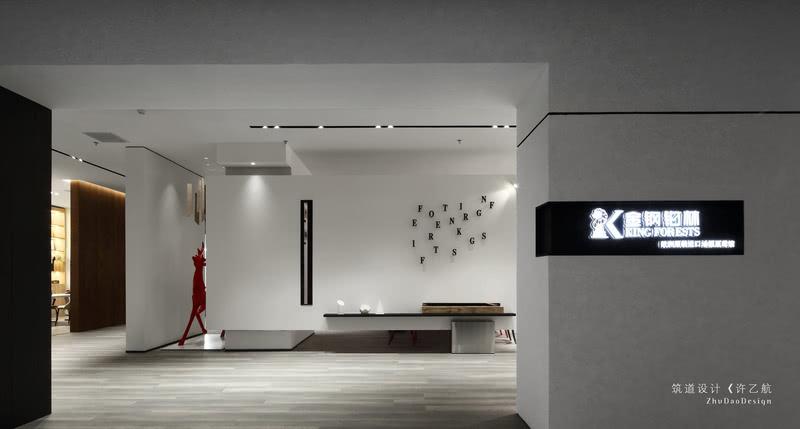 """本案为地板展示厅,用""""BOX""""定义本案是最合适不过的。整体以地板展示为主,并且利用正方体、长方体相互交错组合成一个空间,在设计上尽可能的展示产品。"""