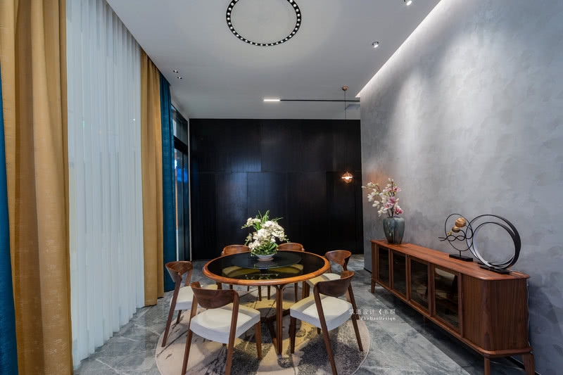 设计师选取了与窗帘同色系的暖色来进行搭配,让这个空间看起来更加的整体,所有的物品都在相互衬托。窗帘自带的冷色调也在整个空间中起到了点缀和中和的作用。