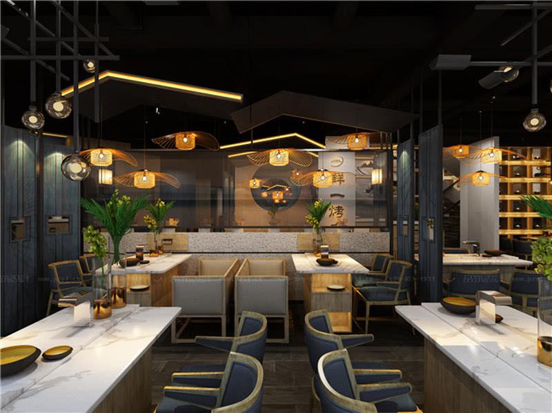 散台区采用高低错落的屋檐造型以现代手法表现,搭配竹编的灯笼造型吊灯。。
