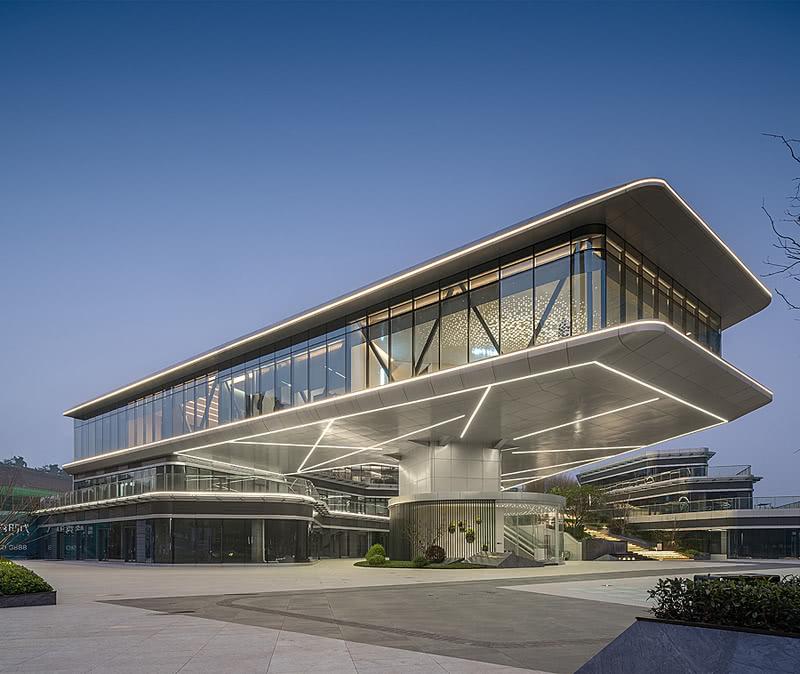 营销中心建筑充满了未来感,三层的架空玻璃建筑,就像阿汤哥的《遗落战境》中出现的天空塔,现代而奇异。在这个自然而浪漫,蜿蜒而上的艺术空间里,星空流动的意象、自然人文的意境,在光影变幻中,产生虚幻与真实重叠交错的惊奇。
