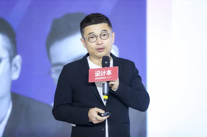 """3月31日,一场设计界的高规格论坛在上海新国际博览E3馆举办。我司「艺鼎设计」创始人兼首席设计师王锟应""""设计本""""之邀,出席主题论坛,发表主题演讲,及参与论坛对话。  艺鼎设计王锟"""
