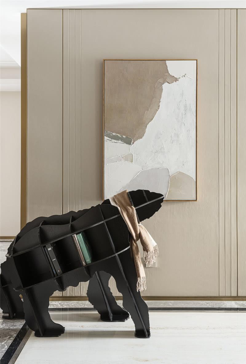 客厅 ···改造关键词:温润暖心 精致怡人···  入户后的玄关,安置着一副极具艺术感的熊状书架,背景墙的暖色奠定了空间自然而柔和的基调。抽象装饰画融入在静怡的氛围中,散发着素雅的色彩。熊脖上佩戴着驼色围巾,仿佛为居住者的心中增添了一丝暖意,也暗示着这是一个温馨舒适的居家空间。
