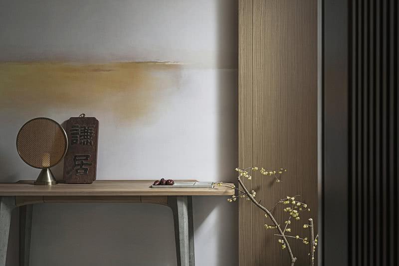 01 客厅  ···改造关键词:木色怡情 古雅意境···  入户玄关架上,质朴精致的复古摆件,写满了岁月的痕迹。墙上宛若氤氲着一抹晚霞,色彩朦胧诗意,篮筐横斜逸出几支腊梅,传来清幽的暗香,香盈满室。