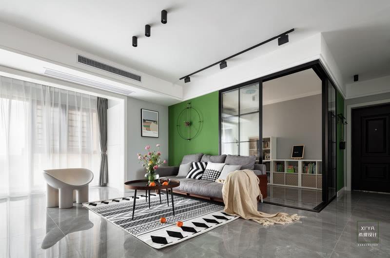客厅采用无主灯设计,通过明装射灯、导轨灯这些辅助光源作为补充。既没有过多的装饰,也没有过多的颜色,木色、灰色,绿色三种颜色构成了空间给人的视觉体现,它干净而简练,也温情而自然。