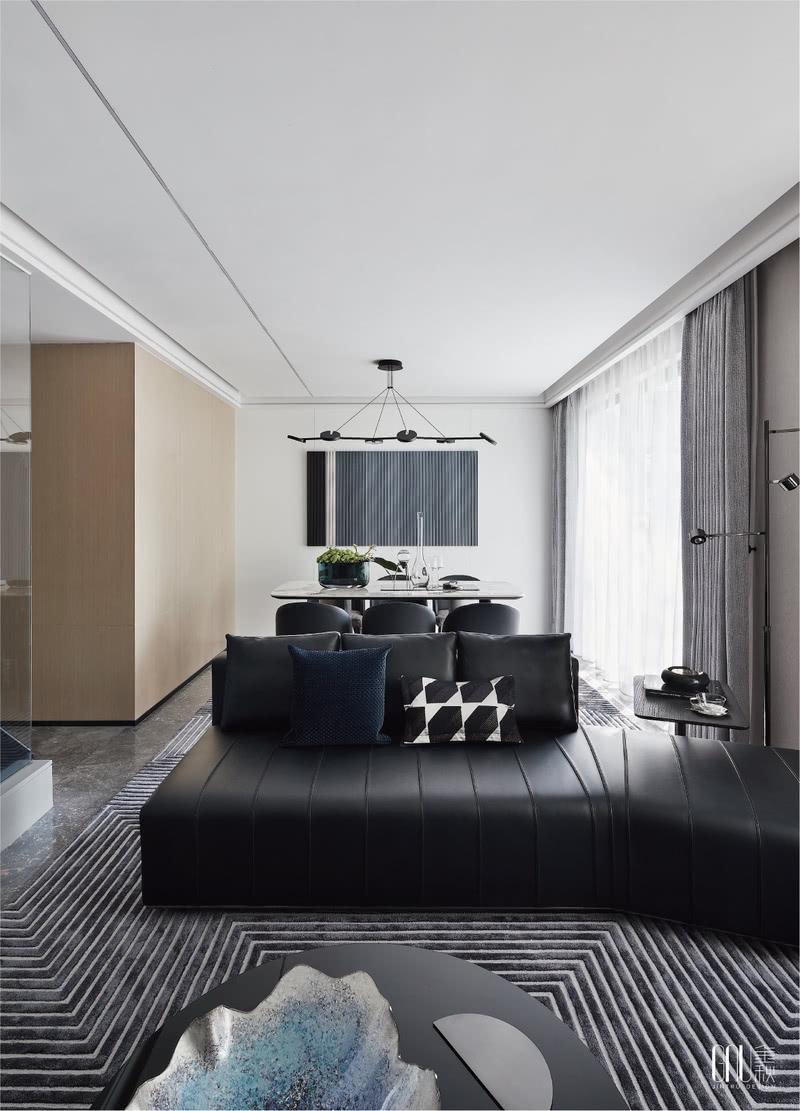 挂画、地毯、沙发、均以延续性的线性提炼、创意性而简约的视觉造型、纯粹的现代主义美学及精尚的质感,是金秋设计一贯的设计语言。几何重塑的形态,在空间中演绎着岁月风化的痕迹,赋予未来生活全新的视角。