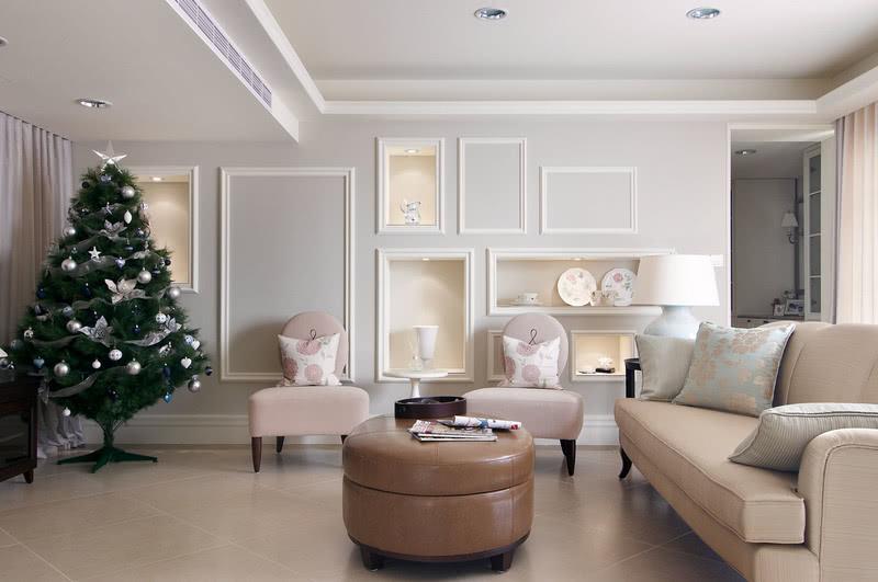 客厅以浅明色系作为整个空间的主调,这也是现代美式风格的特点之一。设计师相对于以往美式风格墙面的设计上,在客厅墙面做了一些大胆的创新;将原本相同等分的相框造型线条,以另一种大小不一,分布不均的方式呈现,同时融入展示柜的概念,让华贵与高雅瞬间萦绕在整个空间之中。在沙发的选择上年,设计师也选择比较有活力、年轻的配色,让整个空间给人一种精神,简洁明亮的愉悦感觉。