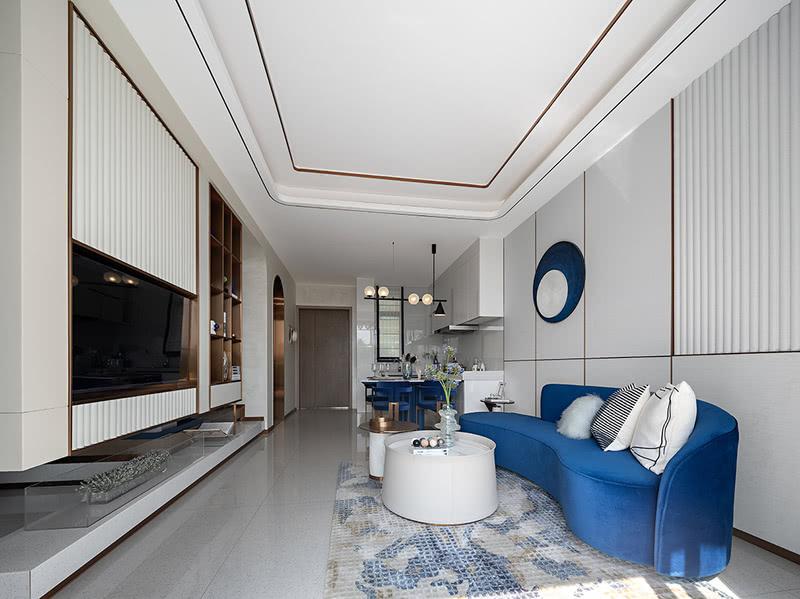 △二层 客厅  中叠为双层叠墅,于二层入户。中叠整体设计以自然浪漫的地中海风情为基调,客厅与餐厅、厨房以开放式的格局设计,打造现代、宽敞、舒适的生活空间。深邃的代尔夫特蓝色,搭配暖金色,与纯净的白色空间碰撞,呈现出对比鲜明又和谐共生的视觉效果。干净利落的线条组合,高饱和度的色彩搭配,勾勒渲染出精致又不失活力的慢节奏滨海生活空间。