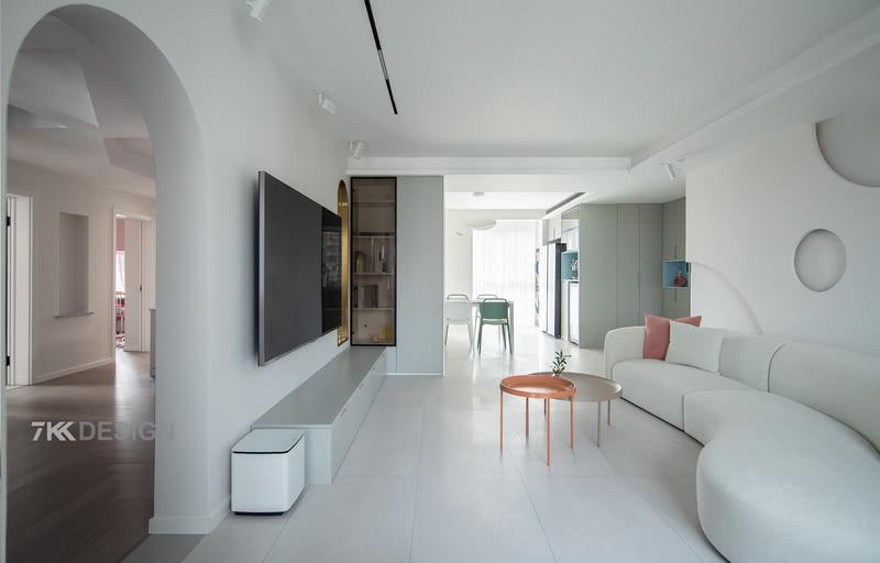 客厅看餐厅,书房 这张图片可以看到家里比较多的空间,生活区和休息区之间用一扇拱门做隔断。 客厅,餐厅,厨房横向一字排列,动线简单明了,视觉更为开阔 ,色彩、材质元素融入整个家居空间,更加具有整体感。