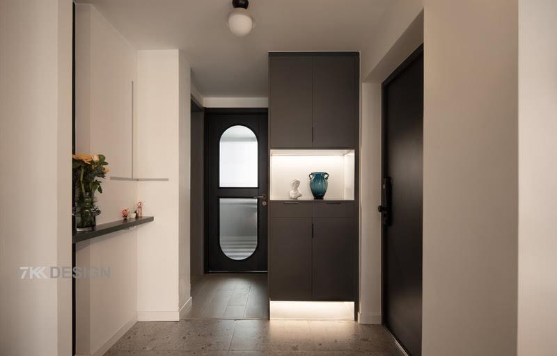 以经典的现代感黑白灰开启对本屋的第一视觉,简化玄关空间结构,在满足鞋类储物的实用功能的同时,利用鞋柜下方的镂空加以水磨石的地面延伸设计,增加空间的视觉穿透感,看起来更显轻盈、利落。