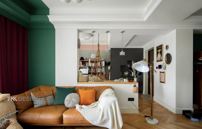 房子是高层户型,每个房间都有窗户,进门卧室墙体打通后结合客餐厅,整体空间视野更开阔,采光极好,所以色彩上采用低饱和度,来塑造调节空间的质感与层次感,再通过软装搭配来营造优雅复古的氛围。  整体空间大面积白色,沙发背景墙只做局部墨绿色点缀,通过对比强调空间的层次与明亮度。搭配上深红色窗帘、棕色的沙发、慵懒的吊椅、百褶灯罩金属落地灯、复古墙面装饰等,各种装饰品的搭配,复古元素连续的穿插,营造出一种纯粹的复古混搭风。