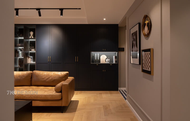 储物柜采用了开放式与封闭式的结合,满足不同收纳需求,复古深蓝色柜体,金色点缀,开放柜体中内嵌灯带设计,在灯光的映衬下,很有层次感,呈现沉稳、高级的格调。