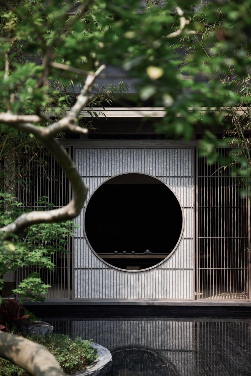 """内在山水,隔而不断。 中国人的造园哲学,讲求自然而至。漫思取""""隔而不断""""东方建筑哲学融入室内,以立面的体块、门廊等形式创造独立性与区域感,亦让流动的气韵贯穿始终。"""