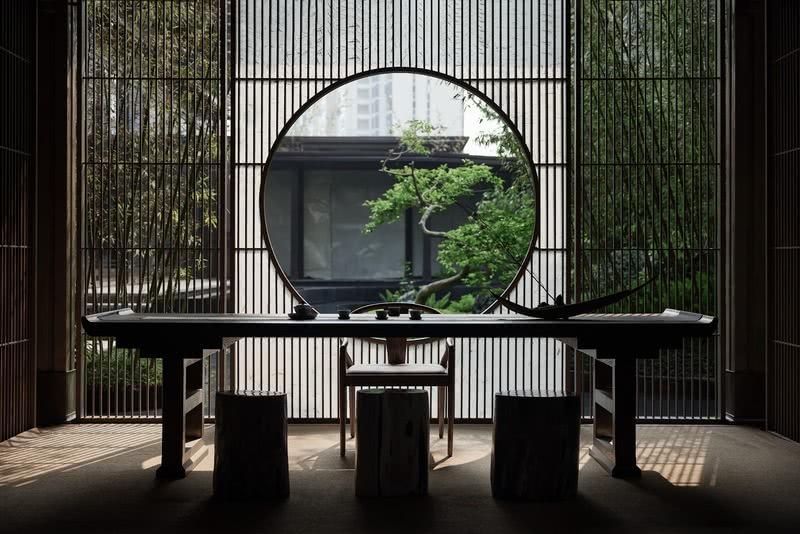 茶室位于廊桥之侧,引一幅水景为序,通透的立面处理,强调了室内外的关系,又如同悠游漫步穿梭在景观庭院之中。