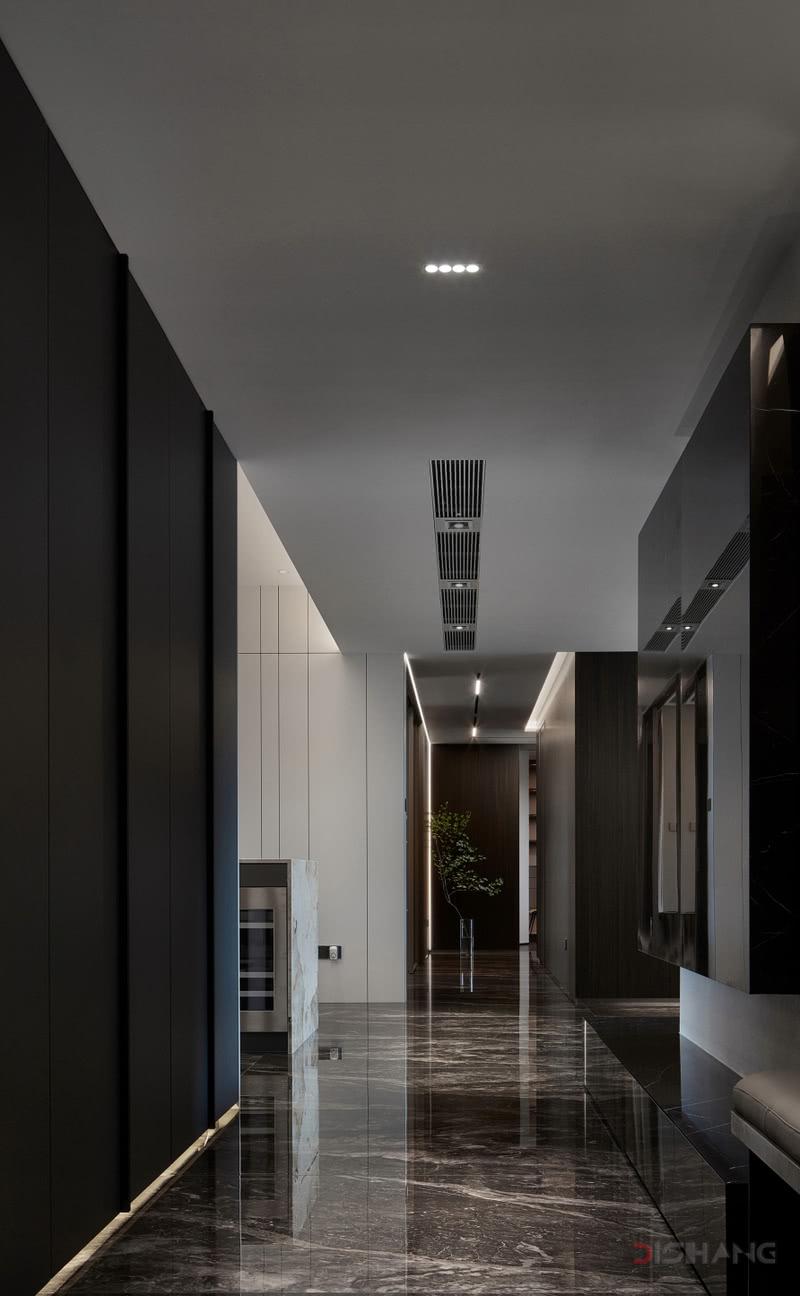 户型改造 1、原始结构零碎,动线不明确,重新划分功能区,整合空间;  2、利用落地窗采光和良好的层高,打通空间合理利用,把阳台纳入到主卧室;  3、借位书房空间打造餐边柜,满足居住者的生活方式;  4、利用公卫部分空间,增加主卧双衣帽间储物空间;  5、利用公卫剩余空间,打造儿童房衣帽间,满足收纳需求。