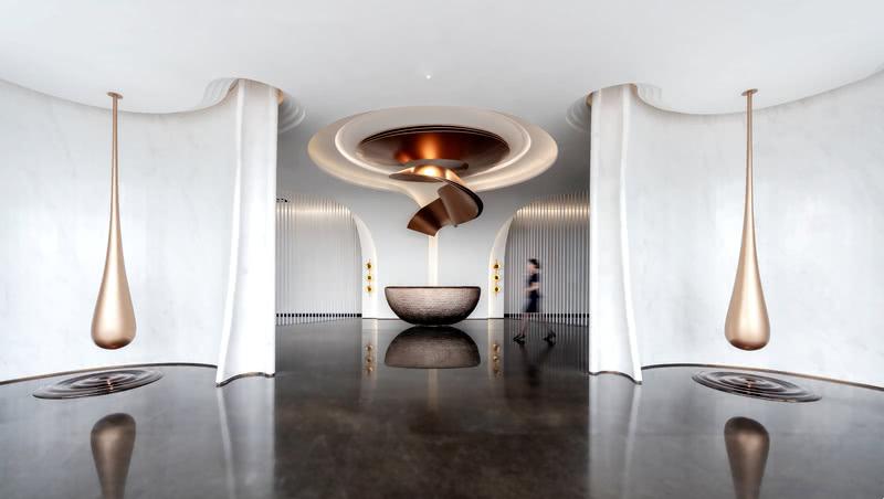 艺术前厅,进门两端水滴艺术装置作为开篇,人文情感与价值商机皆由此诞生。