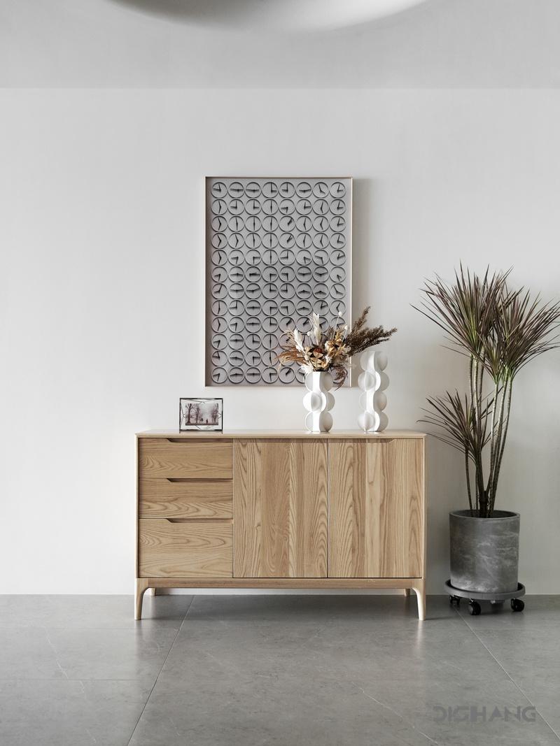 线条顶面,圆形灯膜,木色柜体相得益彰,形状,材质,色彩,丰富空间层次,平衡视觉上的整体美感。