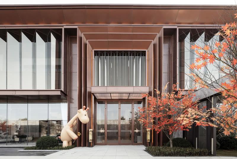 """奥园东麓晴川销售中心位于湖北襄阳,其基底承载了襄阳上万年历史的荆楚文化,设计以贴近自然的取材,现代时尚的工艺,让""""传统""""与""""创新""""于此融洽对话。"""