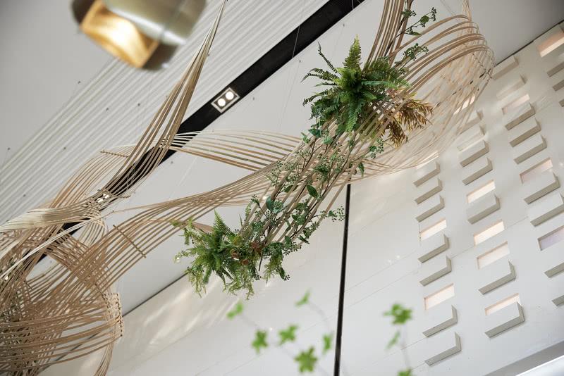 软装吊饰通过构成和穿插的结构,产生枝干的联系,在空间中形成韵律节奏,从视觉上产生线性,创造富有层次艺术的自然美学。