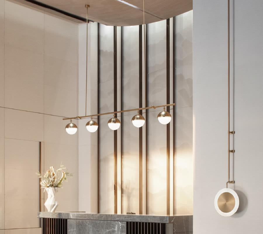 映入眼帘的前厅,舒展朝气的花艺与轻奢精致的吊灯、山纹背景与艺术玻璃饰面,在视觉上增加了空间进动感。自然与艺术相结合的媒介,用艺术手法形式实现空间氛围感,在进入空间时,感受到礼遇的仪式感。