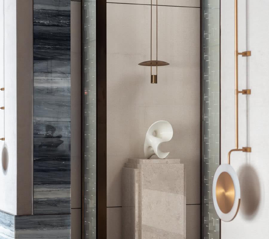 顶天立地的展示柜,将洽谈区与其余区域融合衔接,使整体空间协调有序。柜内细节陈设,装饰摆件与整体风格统一延续。