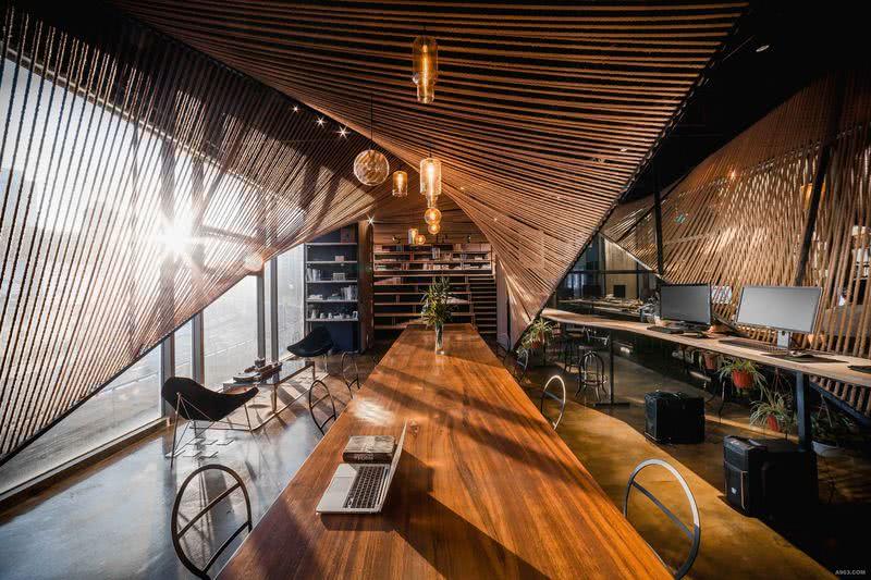 中央办公区,开放与分享:主办公空间为开放式空间,中央条形多功能办公桌与富有动态感的几何麻绳界面,让创意办公更富有灵性与活力。