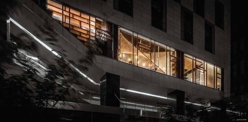 室外立面效果,室内外对话:办公室所在区域为整个群房的公共楼梯上部,室内空间形式与外部状态达成形态上的默契与呼应。