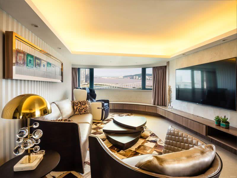 客廳的臨窗部分呈流線形,映入長橋水影,像幅會動的畫;沿牆身設置的抽屜櫃,可儲物亦可當長凳。沙發以弧形造型與窗戶呼應,亦對應三角形層疊茶几。请输入图片说明
