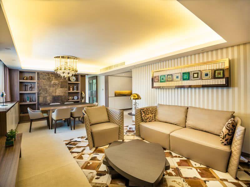 兩廳由一正方形及四分一圓形構成,以米白啡金著色,沉穩裡滲出華麗;閃亮的球形吊燈、斑駁的牛毛氈,跟優美窗景平分亮點,令視線停駐。