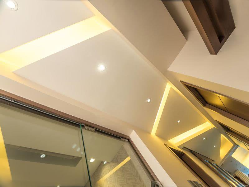 房間區走廊,天花加設梯形層板及內置燈光,構成線條曲折的燈路。请输入图片说明