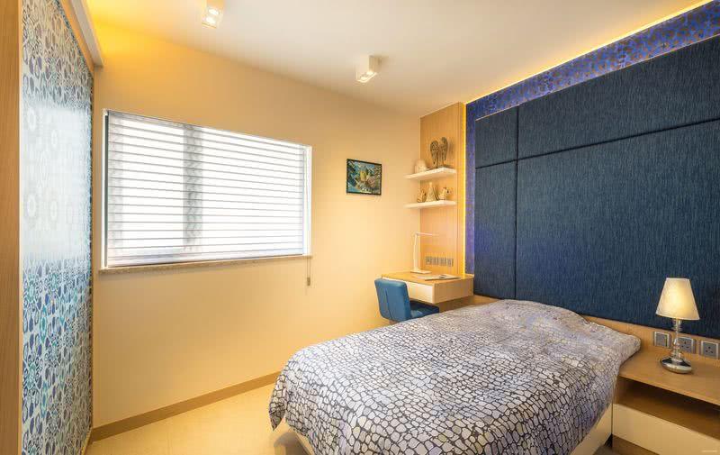 大女兒房以藍為主色,床頭牆、座椅和床尾櫃藉藍色串連,通過多種圖案組合變化,活力充盈。