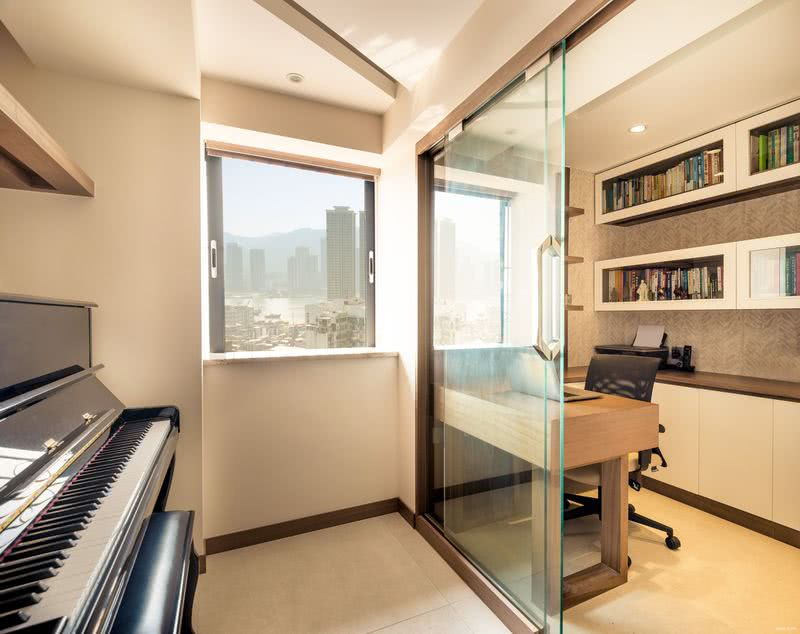 書房拆掉原有隔牆,改以玻璃趟門分隔,並納內走道及隔鄰的大女兒房部分空間,擺設鋼琴,拓大面積,提升功能。