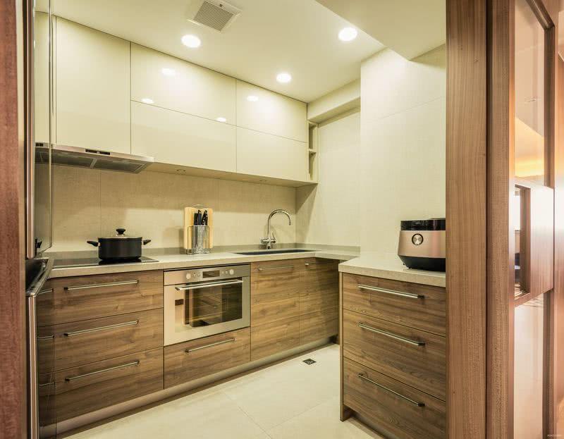 廚房擴闊了入口,由單掩門改為木拼玻璃雙趟門,既是悅目的隔屏,也有助對外借光,廚櫃門用木紋飾面,純樸自然。